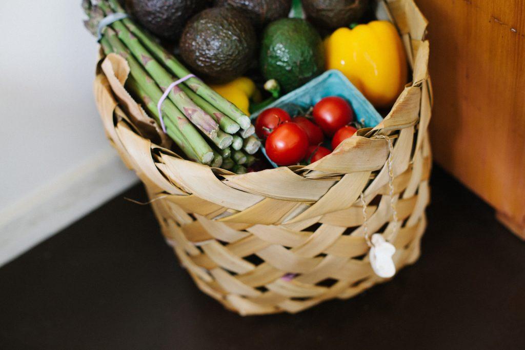 La cesta con verduras frescas